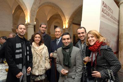 Autores del libro con Antonio Gala y la delegada de Salud.