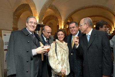 María Isabel Baena junto a algunos médicos.
