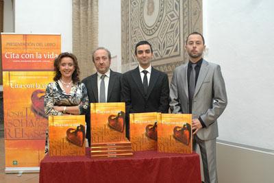 La delegada de Salud y el gerente del hospital junto al autor y diseñador del libro.