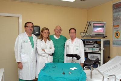 El responsable de salud de México, en el centro, acompañado por los doctores José Eduardo Arjona y Marina Álvarez, a la izquierda, y el director médico del Reina Sofía, a la derecha.