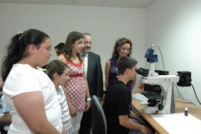 Grupo de estudiantes en el taller de genética