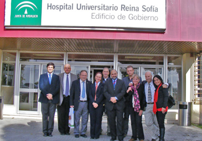 La delegación israelí posa junto a los directivos del Hospital Reina Sofía.