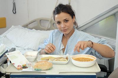Una paciente degusta el menú del jueves.