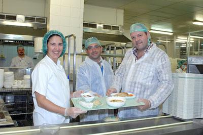Los responsables de cocina del Círculo muestran el menú.