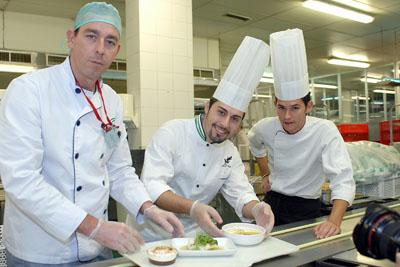En la imagen, el jefe de cocina del Hotel AC Córdoba, con profesionales del hospital