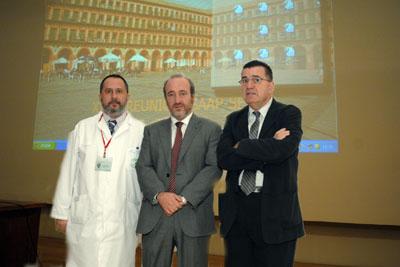 El jefe de la UGC de Anatomía Patológica, el Director Gerente del hospital y el Presidente de la sociedad científica