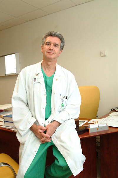 El doctor Salvatierra, en su despacho del hospital.