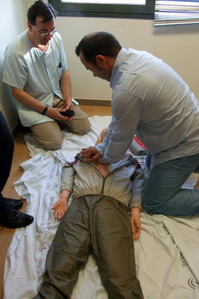 Uno de los asistentes realiza las maniobras de resucitación cardiopulmonar aprendidas.
