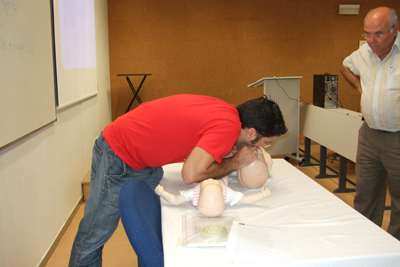 El intensivista Rafael León enseña cómo recuperar a un niño.