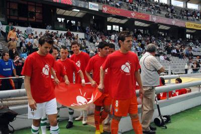 Los jugadores hacen promoción de la donación antes del partido.
