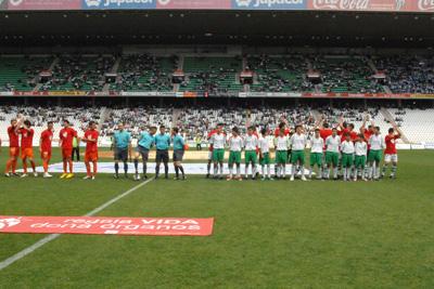 Ambos equipos antes de iniciar el encuentro