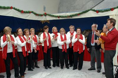 Actuación en el belén del coro de la Asociación de Mayores del hospital Reina Sofía.