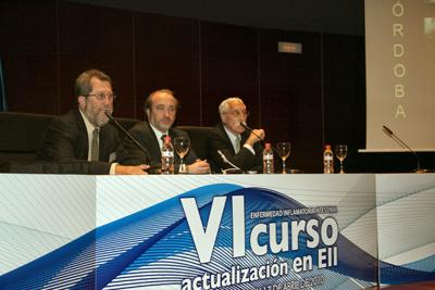 El gerente del hospital junto a los doctores Gómez Camacho (izquierda) y De Dios (derecha).