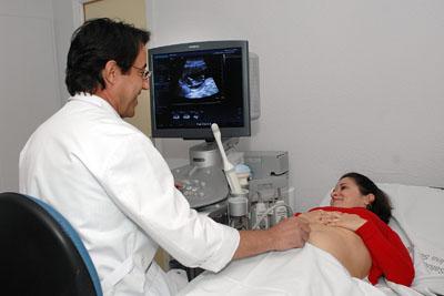 Un ginecólogo realizando una ecografía