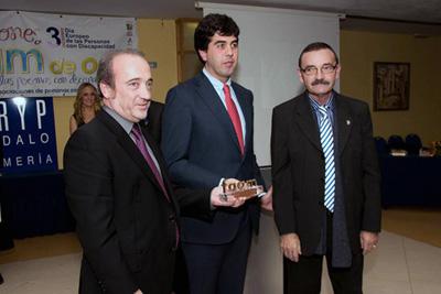 El gerente y el coordinador de trasplantes posan con el Secretario de la FAMM tras recibir el premio.