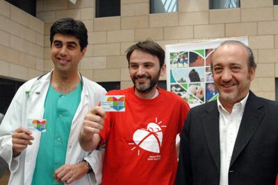 Fernando Tejero, en el centro, junto al coordinador de trasplantes y el gerente del centro.