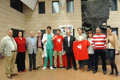 El actor cordobés con profesionales del hospital y miembros de las asociaciones de trasplantados, entre otros.
