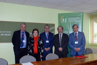 El organizador del curso, a la derecha, junto al gerente del hospital y algunos de los ponentes.