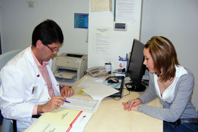 El doctor Fuentes atiende a una paciente