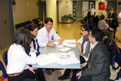 El médico y una de las familias que participa en el estudio