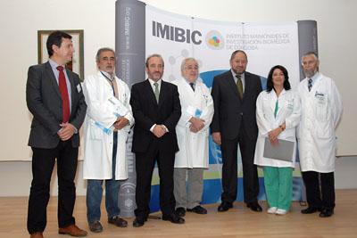 En la imagen, el gerente del hospital con responsables e investigadores del IMIBIC.