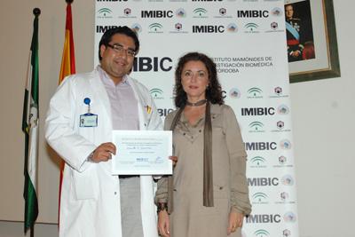 La delegada de Salud con uno de los premiados.