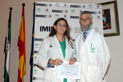 El Dr. Pérez Jiménez con uno de los premiados.