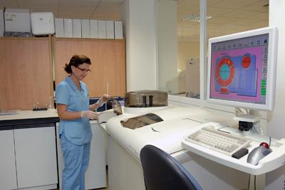 Una enfermera en el Laboratorio de Análisis Clínicos