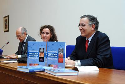De izquierda a derecha, el doctor Nogales Espert, la delegada de Salud y el doctor Pérez Navero.