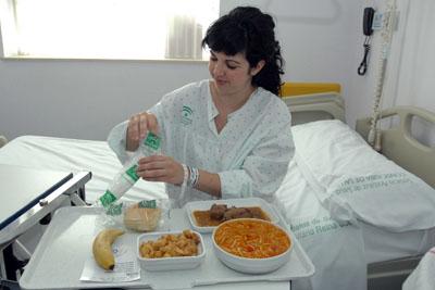 Una paciente degusta un menú hospitalario