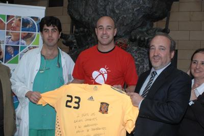 El portero Pepe Reina, en el centro, junto al gerente del hospital y el coordinador de trasplantes.