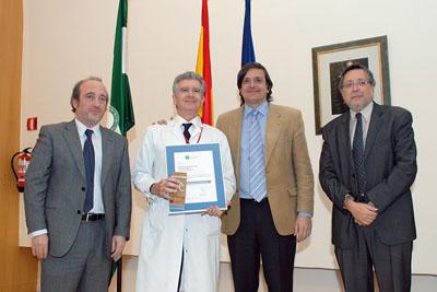 El doctor Salvatierra, en el centro, junto a los gerentes del hospital, el SAS y la Agencia Sanitaria de Calidad de Andalucía.