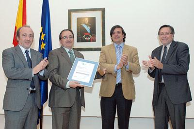 El doctor Arjona recibe el reconocimiento por parte del gerente del SAS, a su derecha.