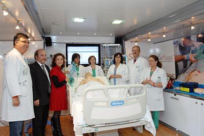 La delega de salud visita la UCI móvil acompañada por el gerente y especialistas del hospital.
