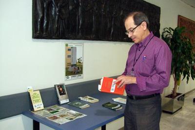 Un profesional del hospital hojea uno de los libros