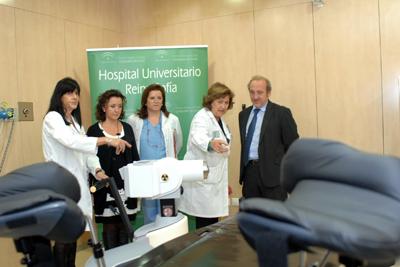 Profesionales muestran a la delegada de Salud y al gerente del hospital el funcionamiento del equipo.