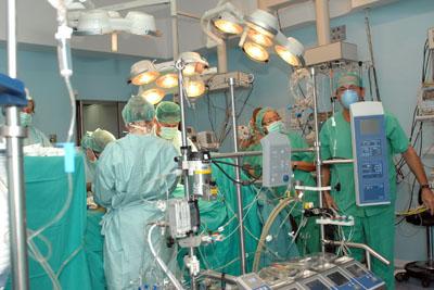 Profesionales del Hospital Reina Sofía durante una intervención de Cirugía Cardiovascular.