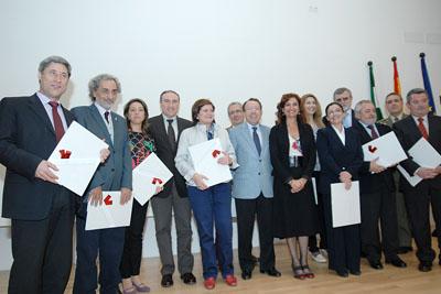 Algunas de las autoridades que recibieron el reconocimiento del hospital