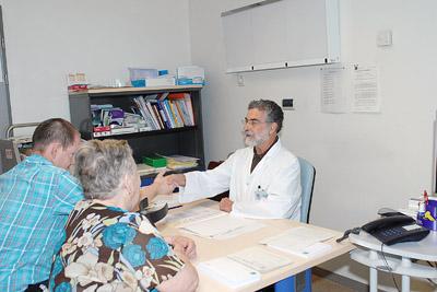 El doctor Cañadillas atiende a un paciente en la consulta de epilepsia