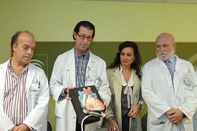 Ignacio Muñoz, en el centro, muestra el dispositivo.