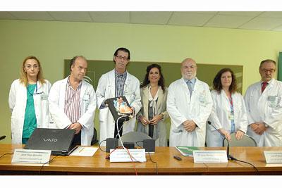 La consejera de Salud con algunos de los profesionales que han participado en el desarrollo del implante.
