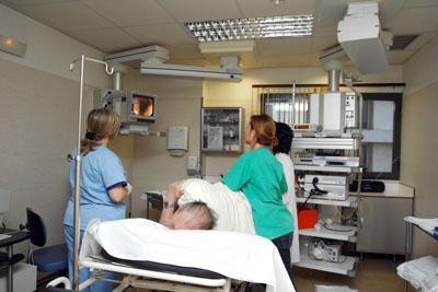 Profesionales sanitarios realizan una prueba digestiva a una paciente