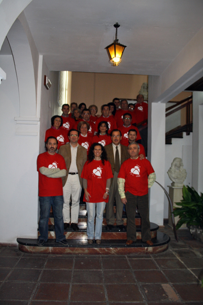 Los asistentes al taller posan con la camiseta de la donación