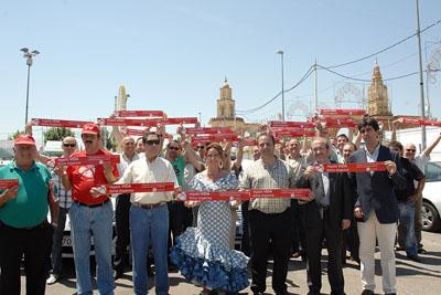 El sector del taxi, acompañado por la delegada de Salud, promociona la donación de órganos en la feria.