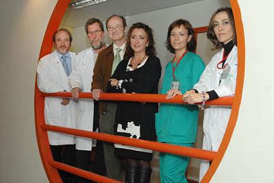 La delegada de Salud, en el centro, con el gerente (izquierda) y especilistas en digestivo del hospital.