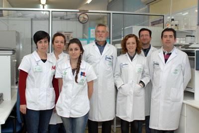 El doctor Peña, en el centro, junto a su equipo de investigadores en el Laboratorio de Inmunología