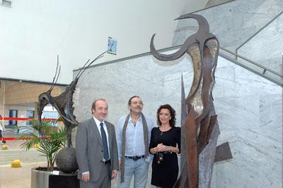 El gerente del hospital, el artista y la delegada de Salud entre dos de las esculturas.