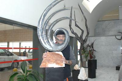 Checa tras una de las esculturas.