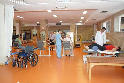 Pacientes y profesionales en el gimnasio del hospital