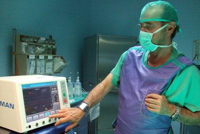 El Dr. Gómez Armenta con el equipo que permite desarrollar la técnica